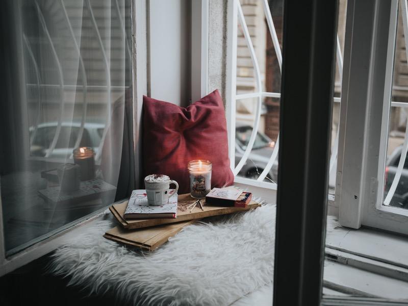 Kniha a sviečka